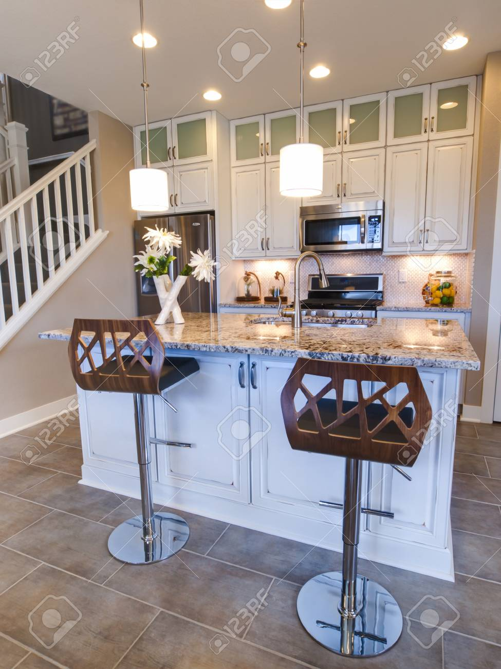 Cocina Moderna Con Muebles Blancos Y Electrodomsticos De Acero