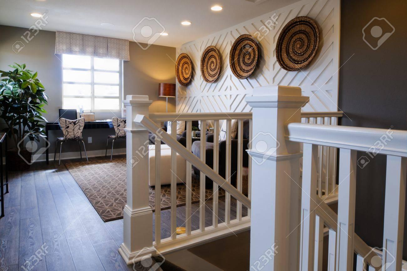 Soggiorno moderno con divano e tavolo da caffè al secondo piano della casa.