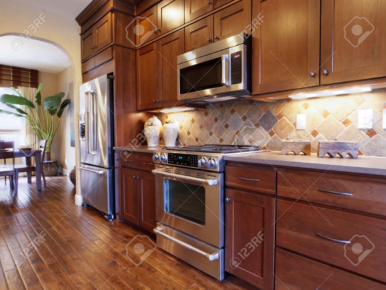Cuisine moderne avec armoires en bois et appareils en acier ...