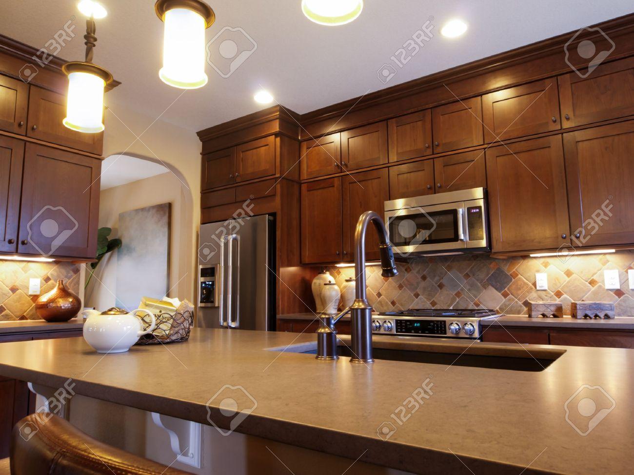 Cocina Moderna Con Gabinetes De Madera Y Electrodomésticos De Acero ...