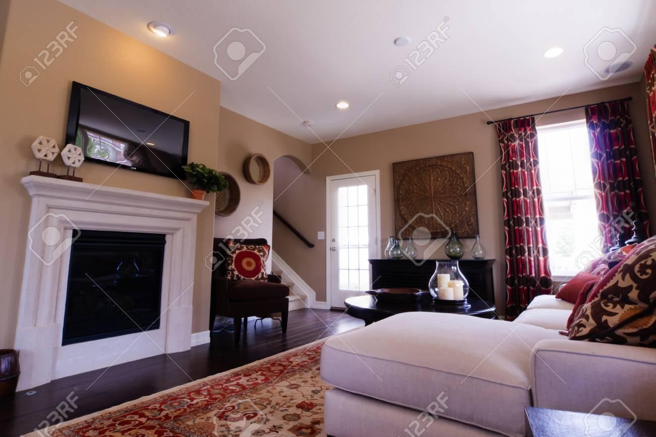 Soggiorno moderno con divano, tavolo da caffè, e camino.
