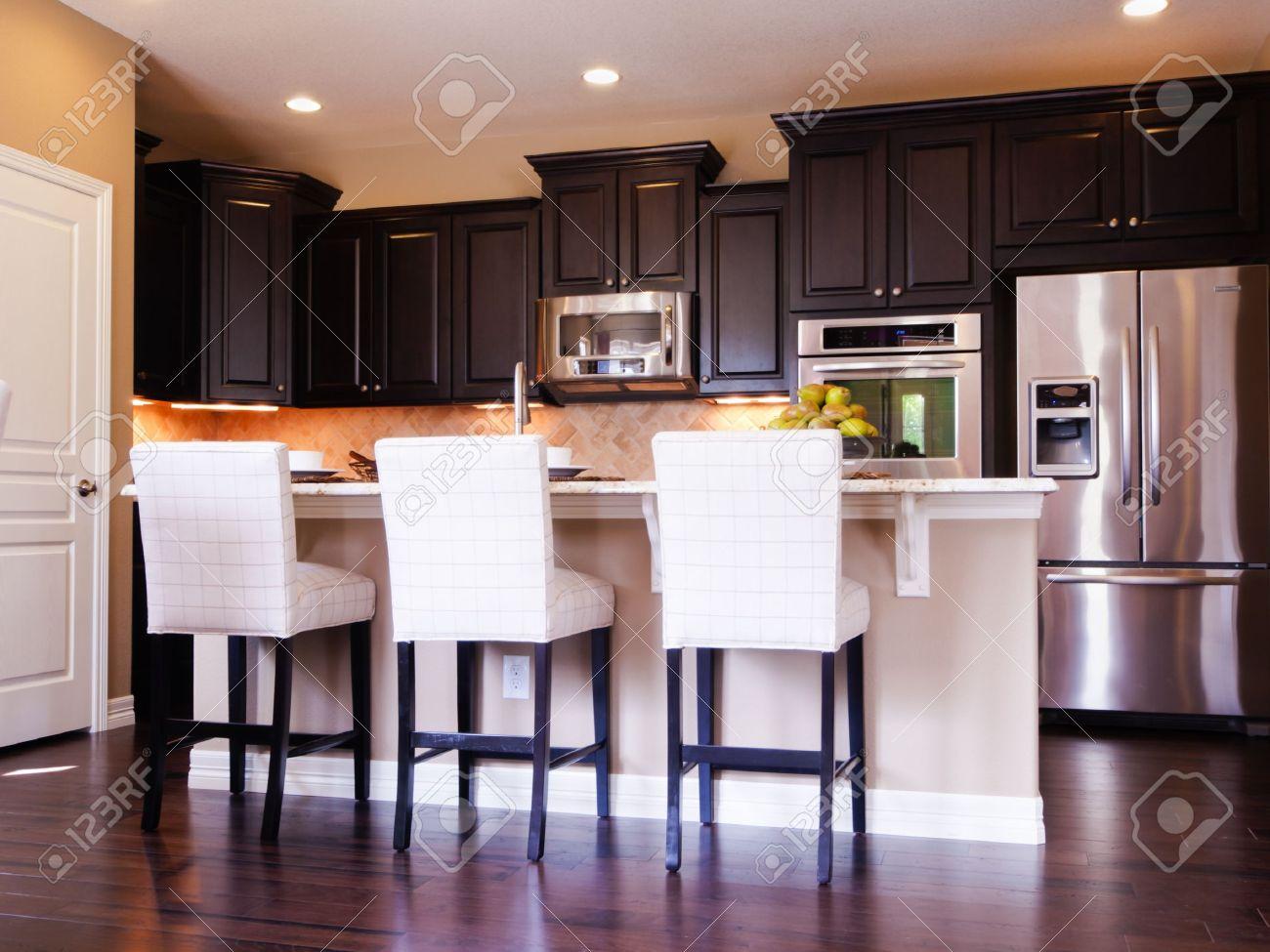 Cuisine moderne avec armoires en bois foncé et de parquet. banque ...
