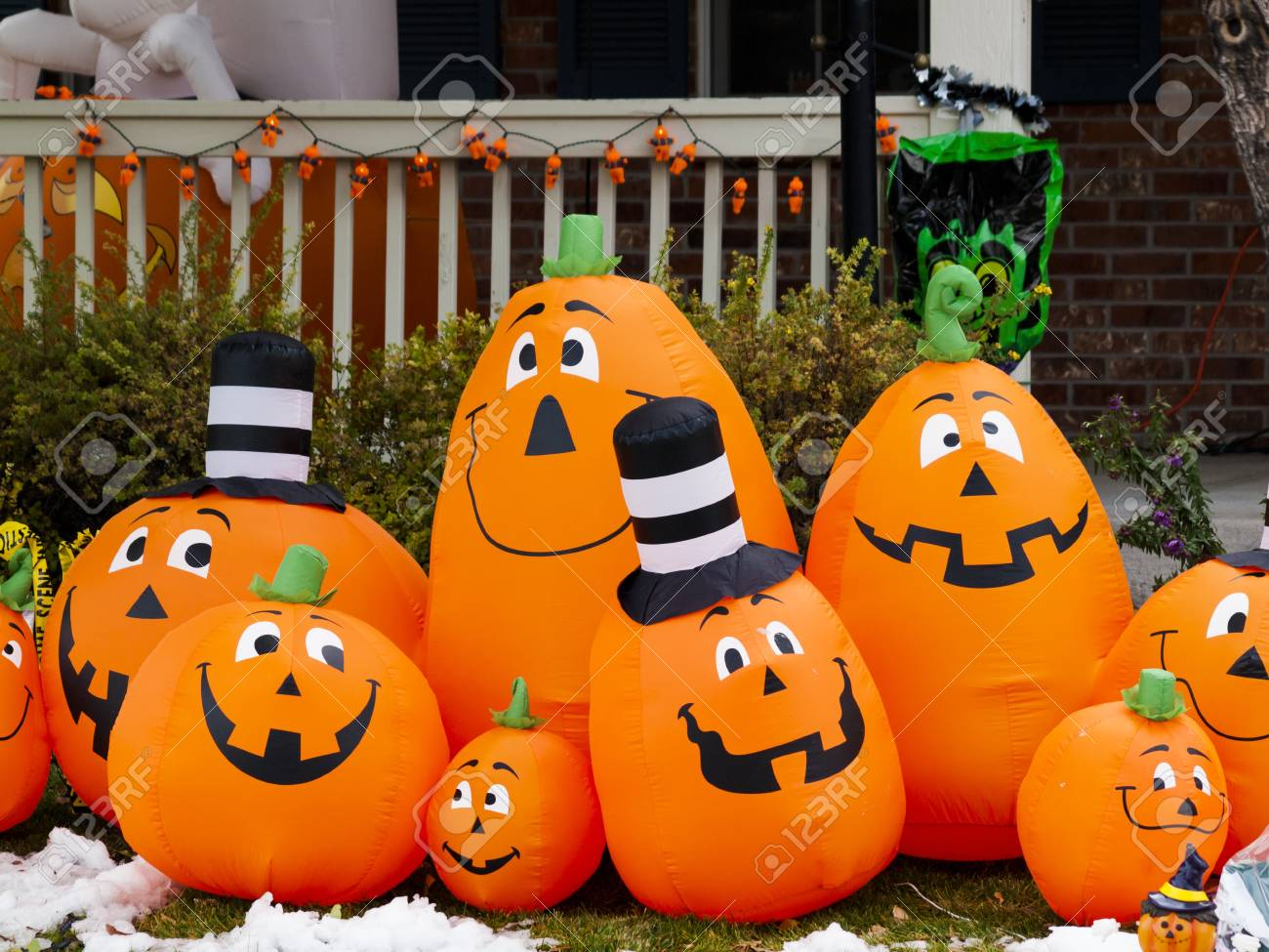 Hallo Halloween Decoraties : Halloween decorations in the front yard of a house on halloween