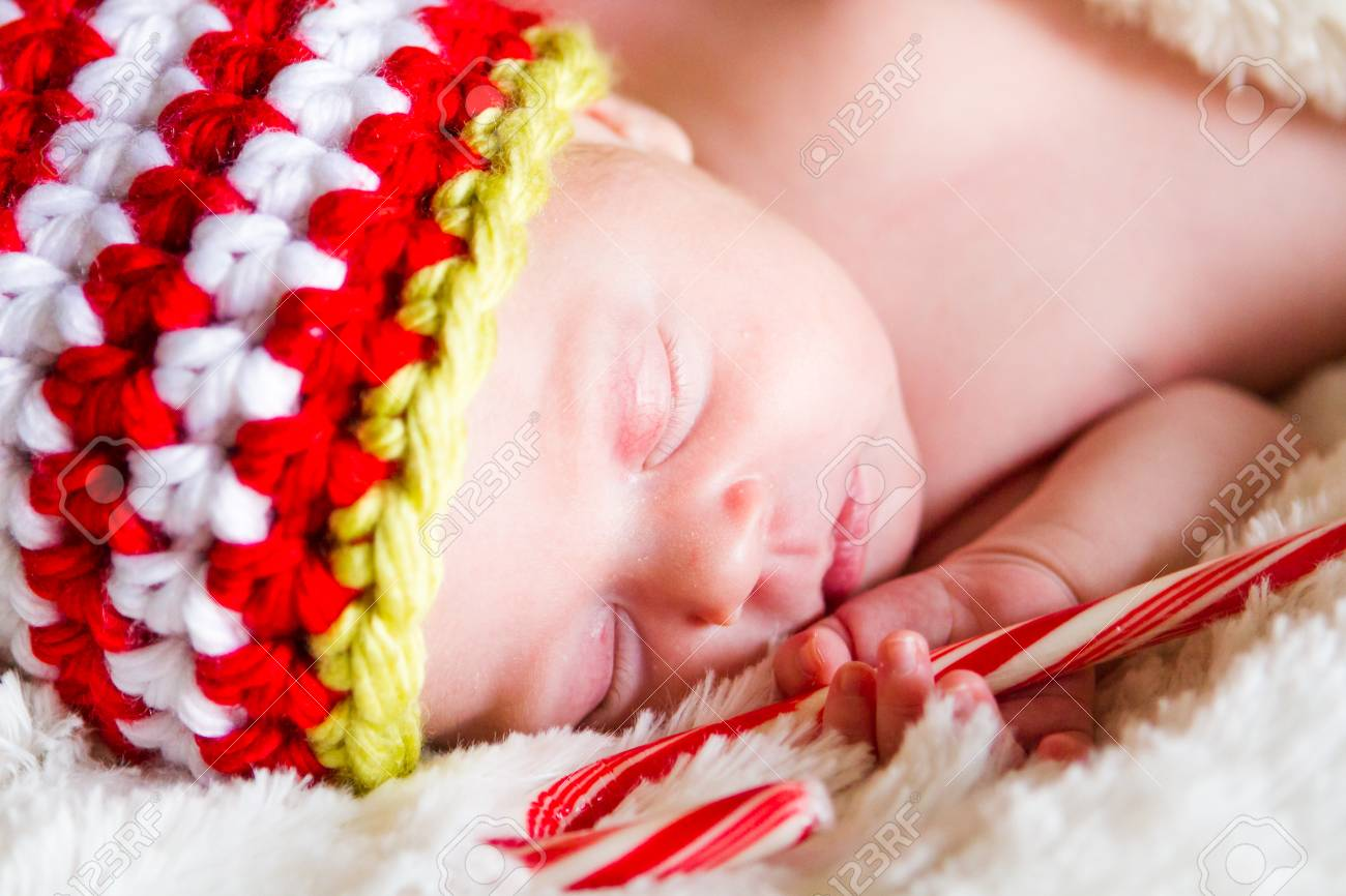 Banque d images - Bébé nouveau-né de Noël dans le chapeau elfe sur une  couverture blanche. 3eec579d4ce