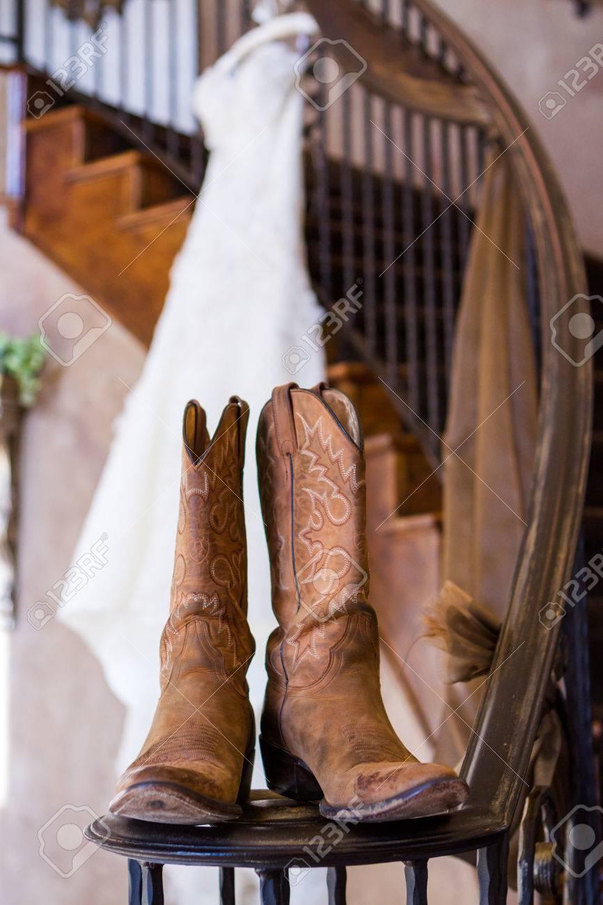 Weinlese-Hochzeitskleid Auf Einem Bügel Mit Cowboy-Stiefel ...