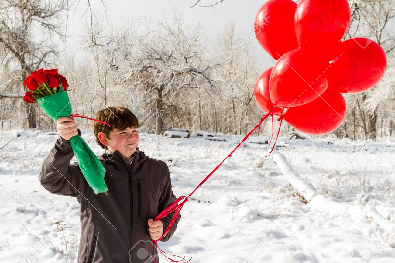 Teenager Junge Mit Valentinstag Geschenke Für Seine Freundin