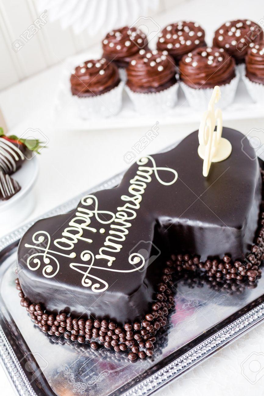 Célébration d\u0027anniversaire de mariage avec la forme de coeur gâteau au  chocolat. Banque