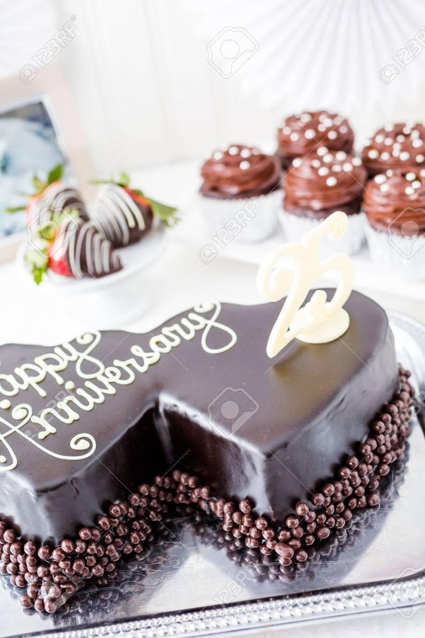 Célébration Anniversaire De Mariage Avec Forme De Coeur Gâteau Au Chocolat
