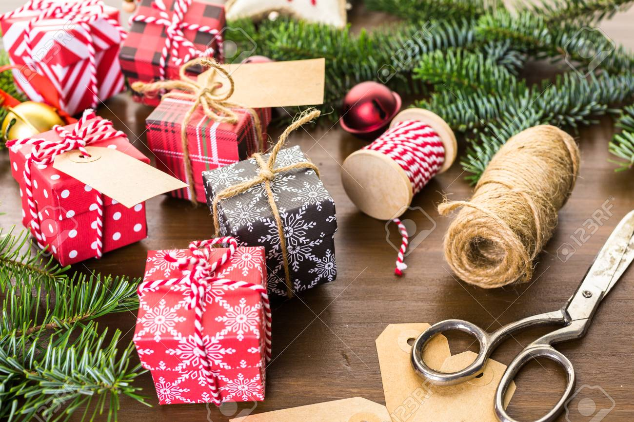 Scatole Per Regali Di Natale.Immagini Stock Avvolgimento Di Cioccolatini Assortiti In Piccole