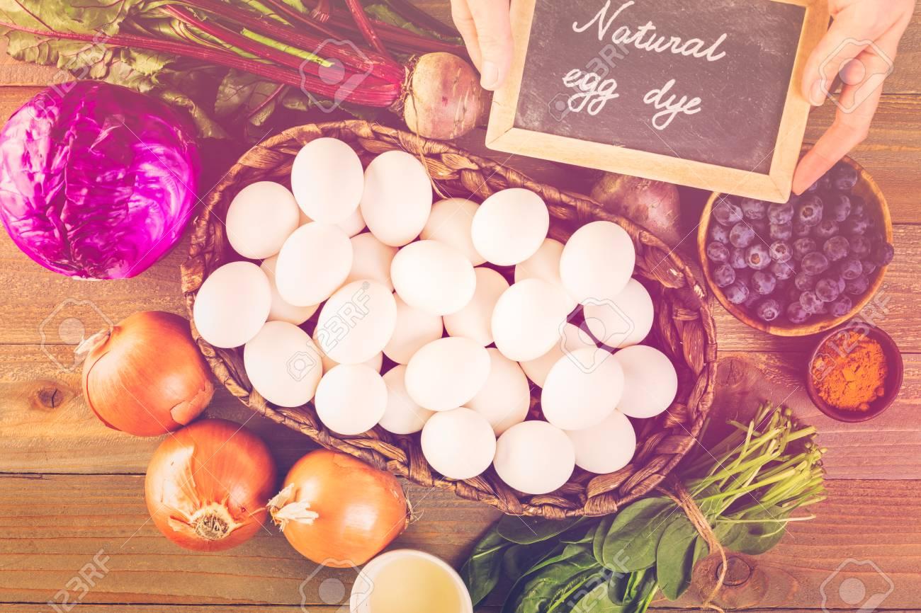 Ingrediënten voor het verven van paaseieren op een houten tafel