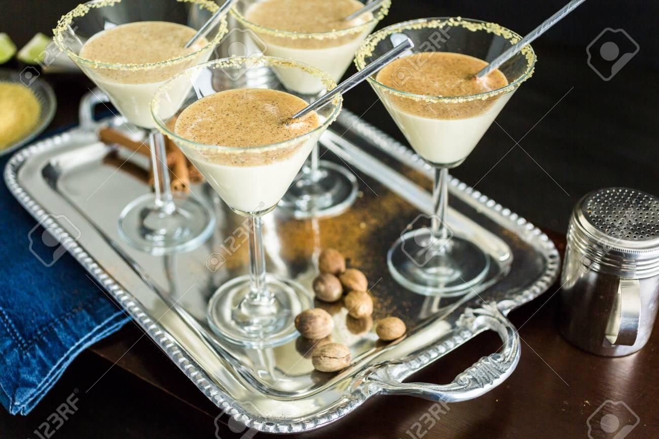 Ei-Nog-Cocktail In Gläsern Mit Braunem Zucker In Der Minibar ...