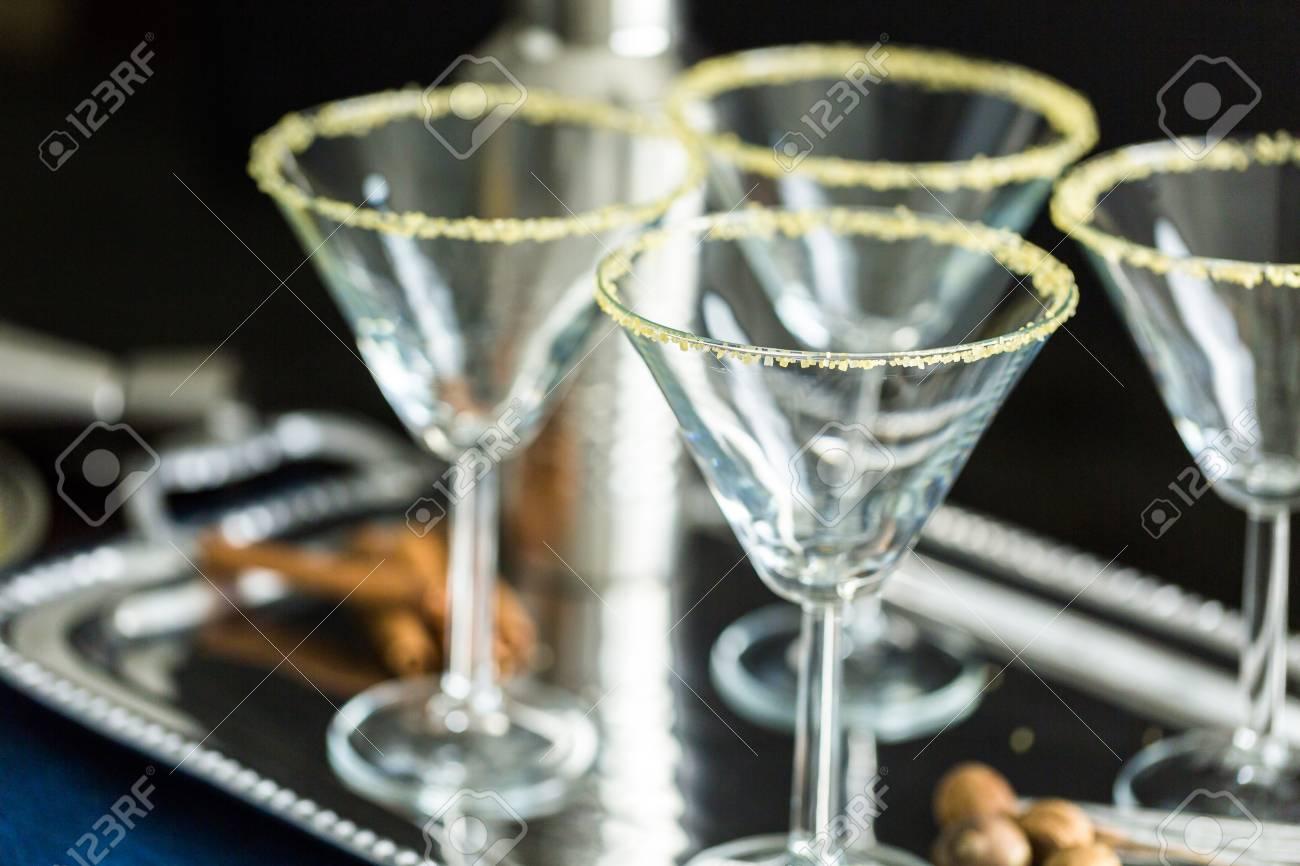 Martini-Gläser Mit Braunem Zucker Umrandeten Und Eierlikör Cocktail ...