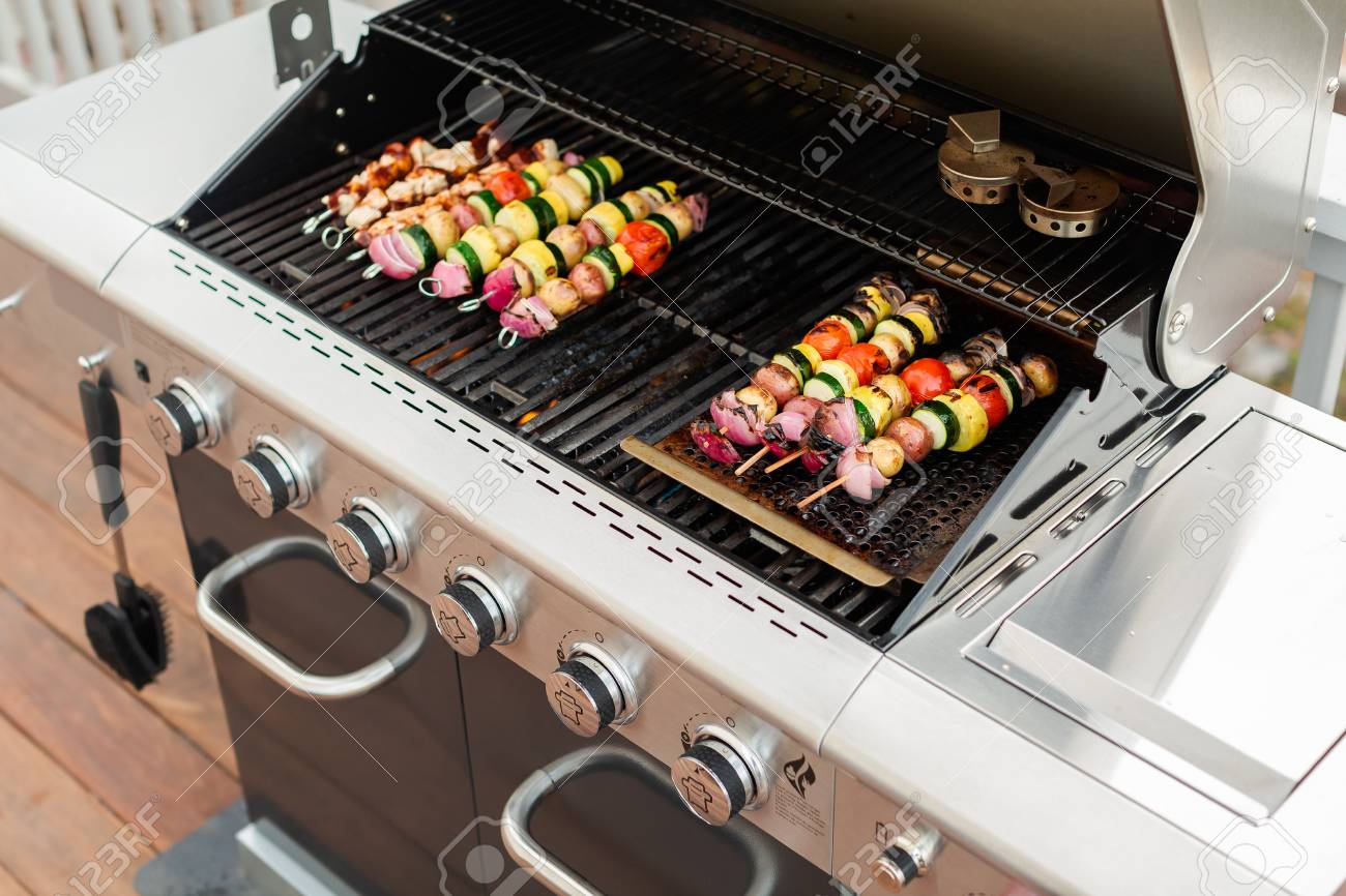 Chicken Gasgrill : Step by step grilling veggie skewers and chicken kebabs on