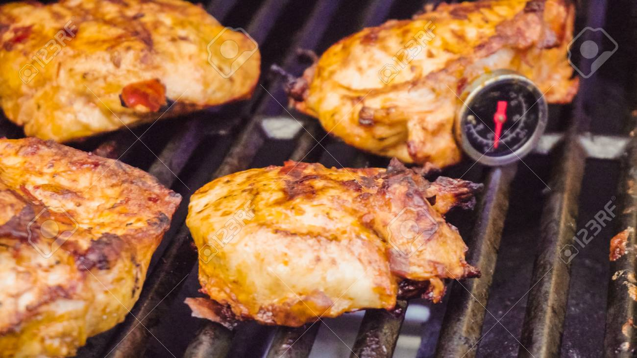 Chicken Gasgrill : Cooking spicy chicken breasts on gas grill outdoors lizenzfreie