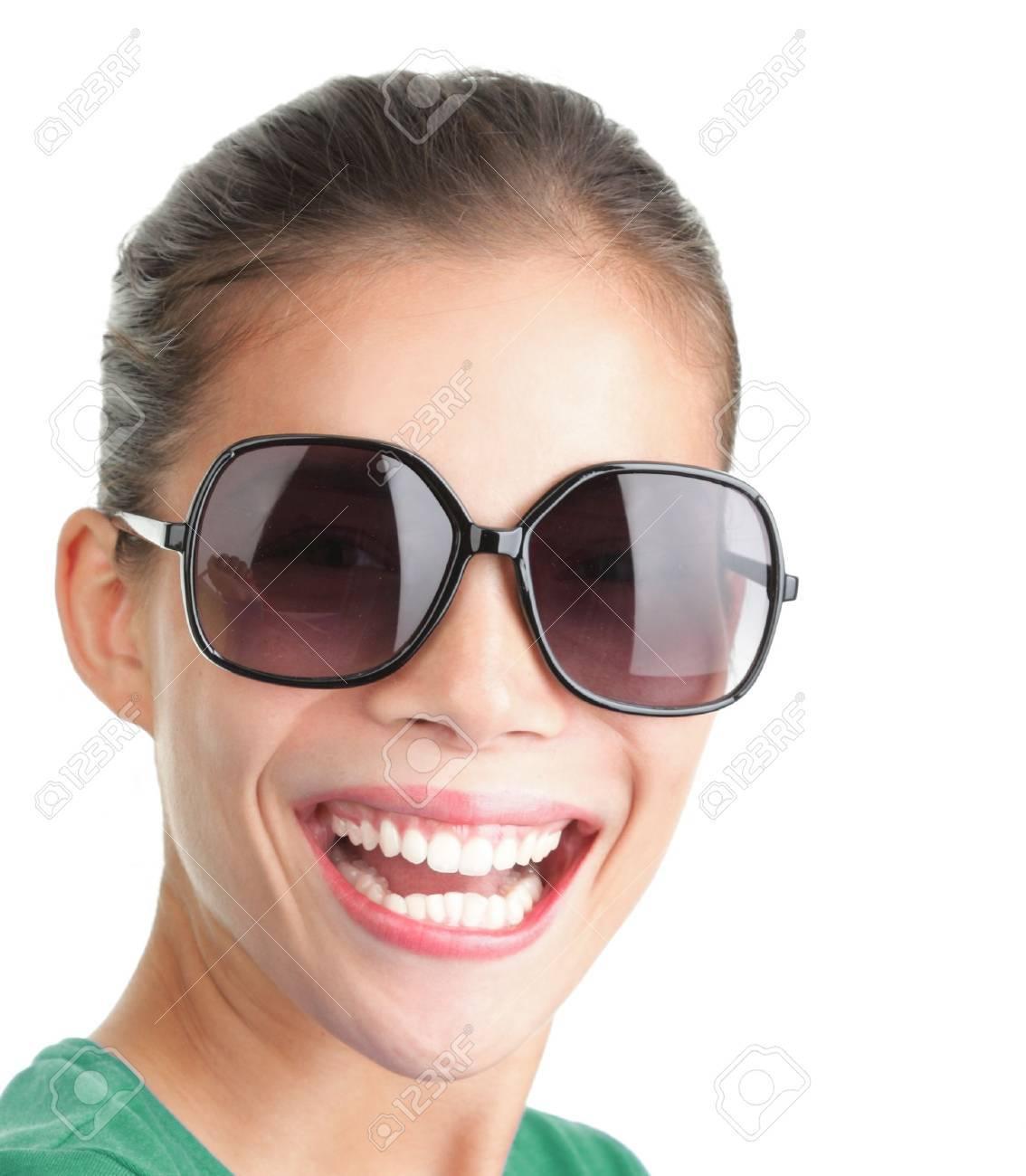Mujer Sol RiendoModelo Sonriente Con Gafas Y De Grandes 0P8wknO