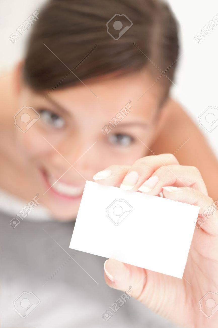 Personne Demontrant Carte De Visite Occasionnelle Femme Souriante