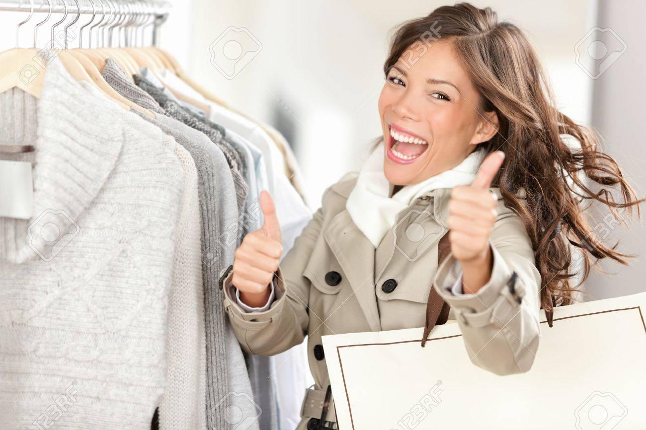 6597bf29772c8 Mujer Feliz Comprador Compras Y Comprar Ropa. Alegre Mujer ...