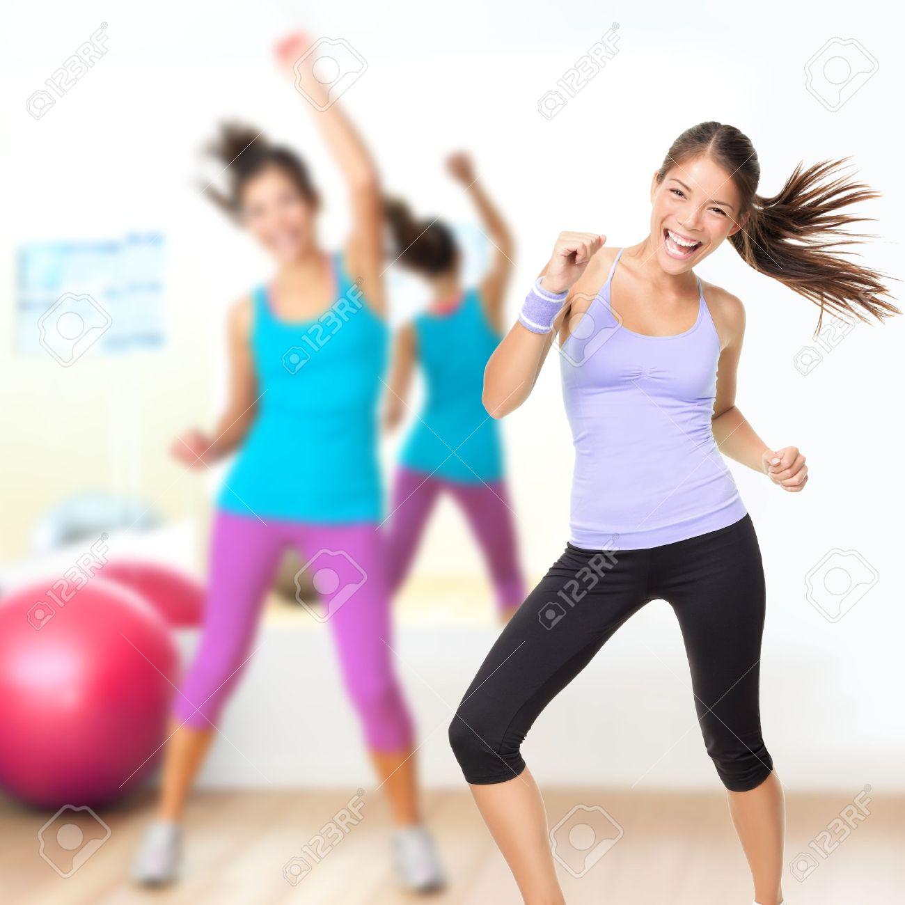 Молодая девчонка на тренировке танцами