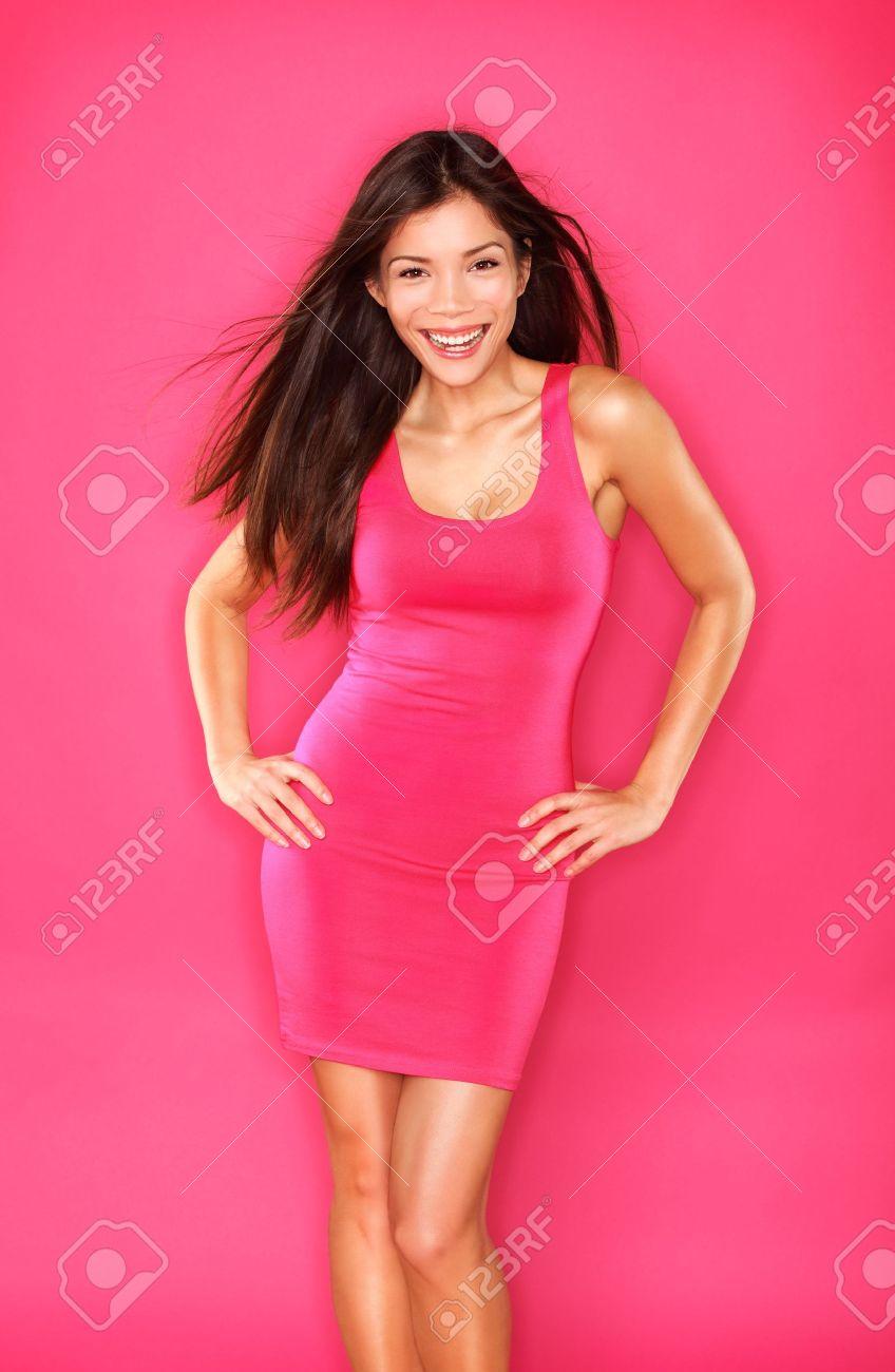 Hermoso Retrato De Una Mujer Asiática En El Modelo De Vestido Rosa ...