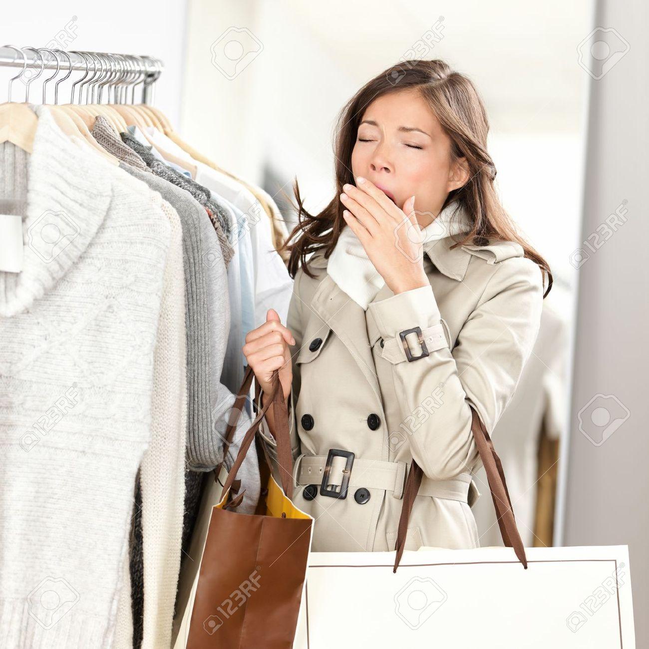Müde Frau Gähnen beim Einkaufen Kleidung in Bekleidungsgeschäft Shop Schöne junge gemischte Rasse asiatischen kaukasischen weibliche Modell Standard-Bild - 16637273
