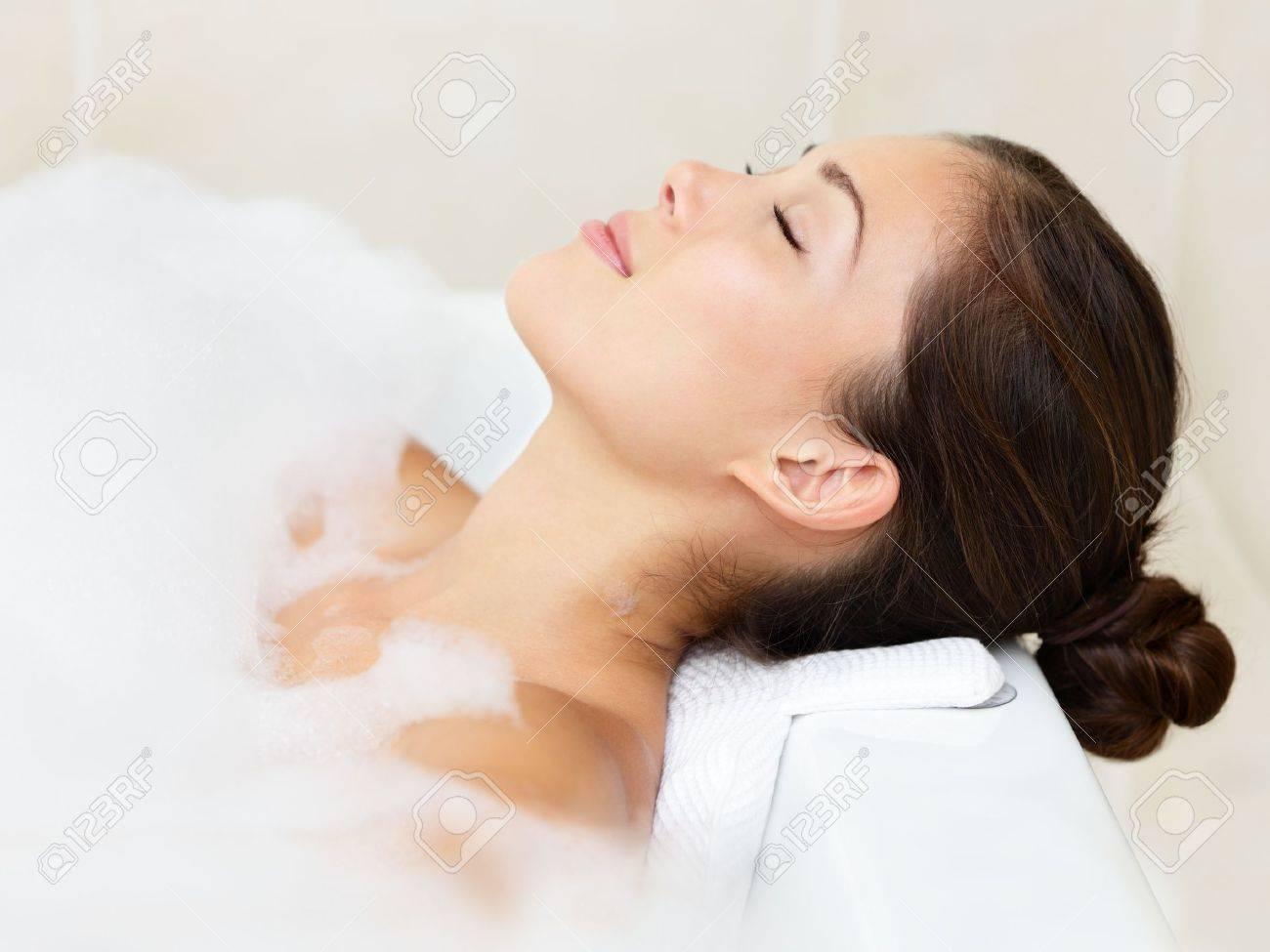 Bath woman relaxing bathing in bathtub with bath foam Standard-Bild - 16663387