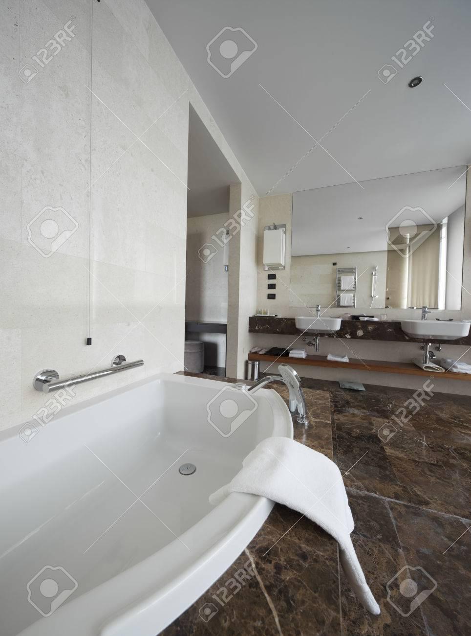 Moderne Badezimmer Interieur Mit Doppel-Waschbecken Und Große ...