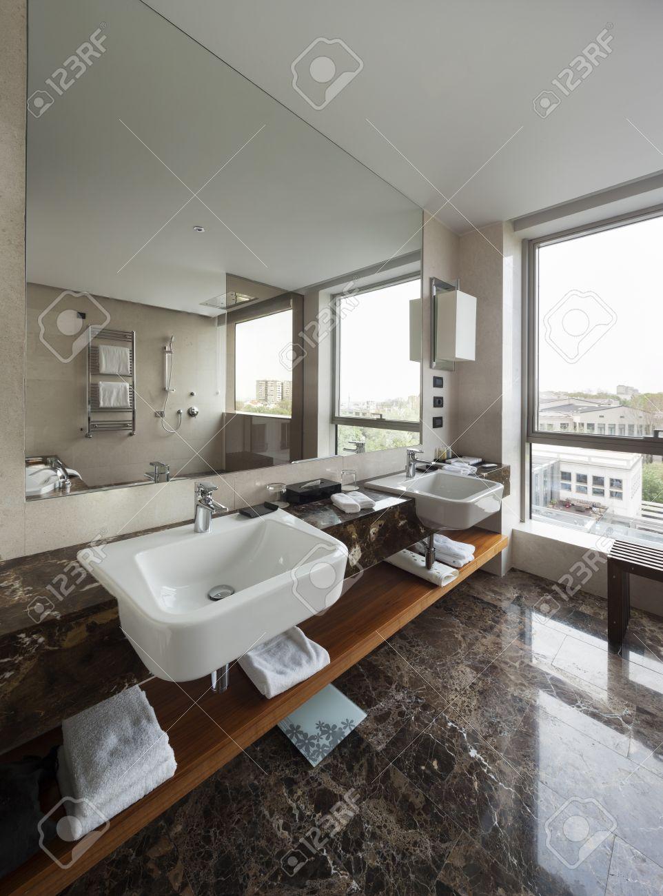 interni moderno bagno con doppio lavabo e grandi specchi, vasca da ... - Bagni Moderni Grandi