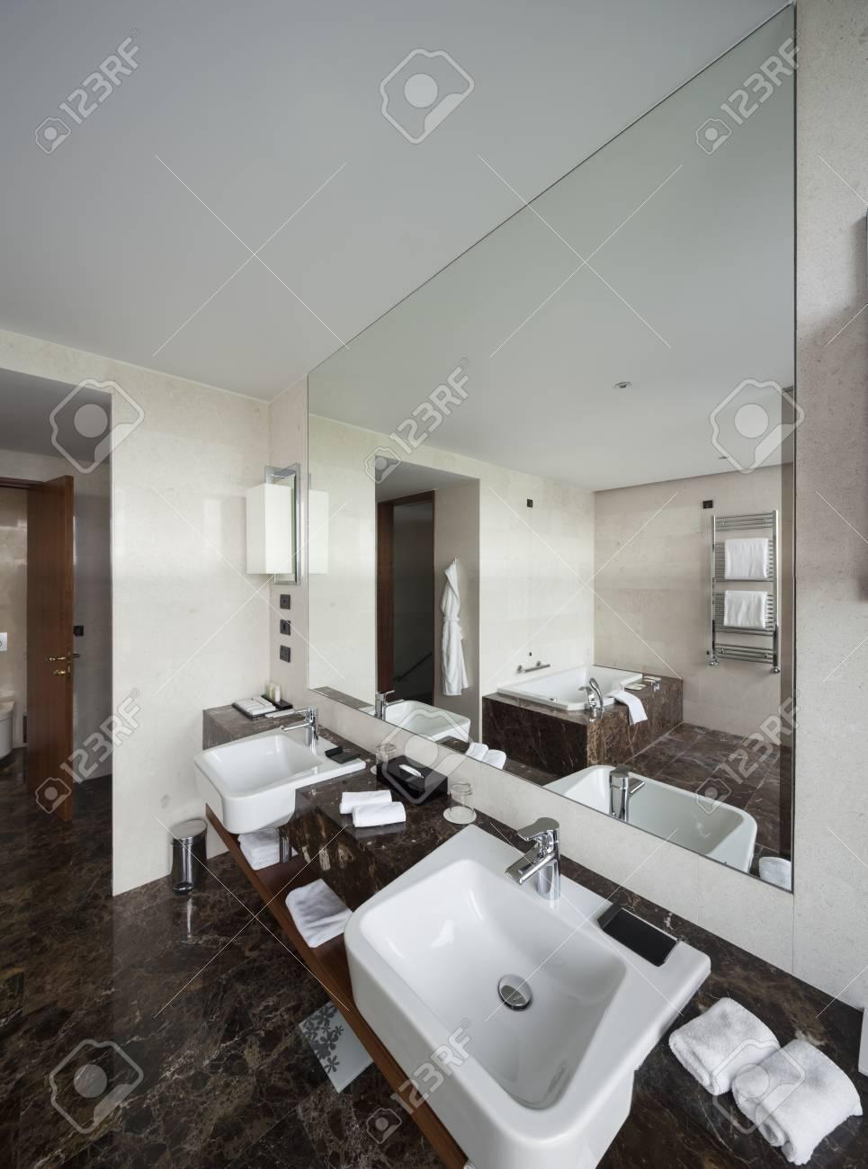 Moderne Badezimmer Interieur Mit Doppel Waschbecken Und Große Spiegel,  Badewanne, Fliesen, Sichtfenster
