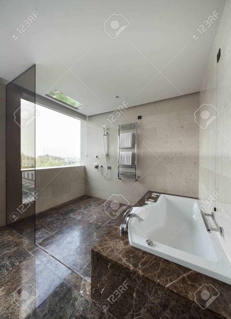 Intérieur Salle De Bains Moderne Avec Lavabo Double Et De Grands ...