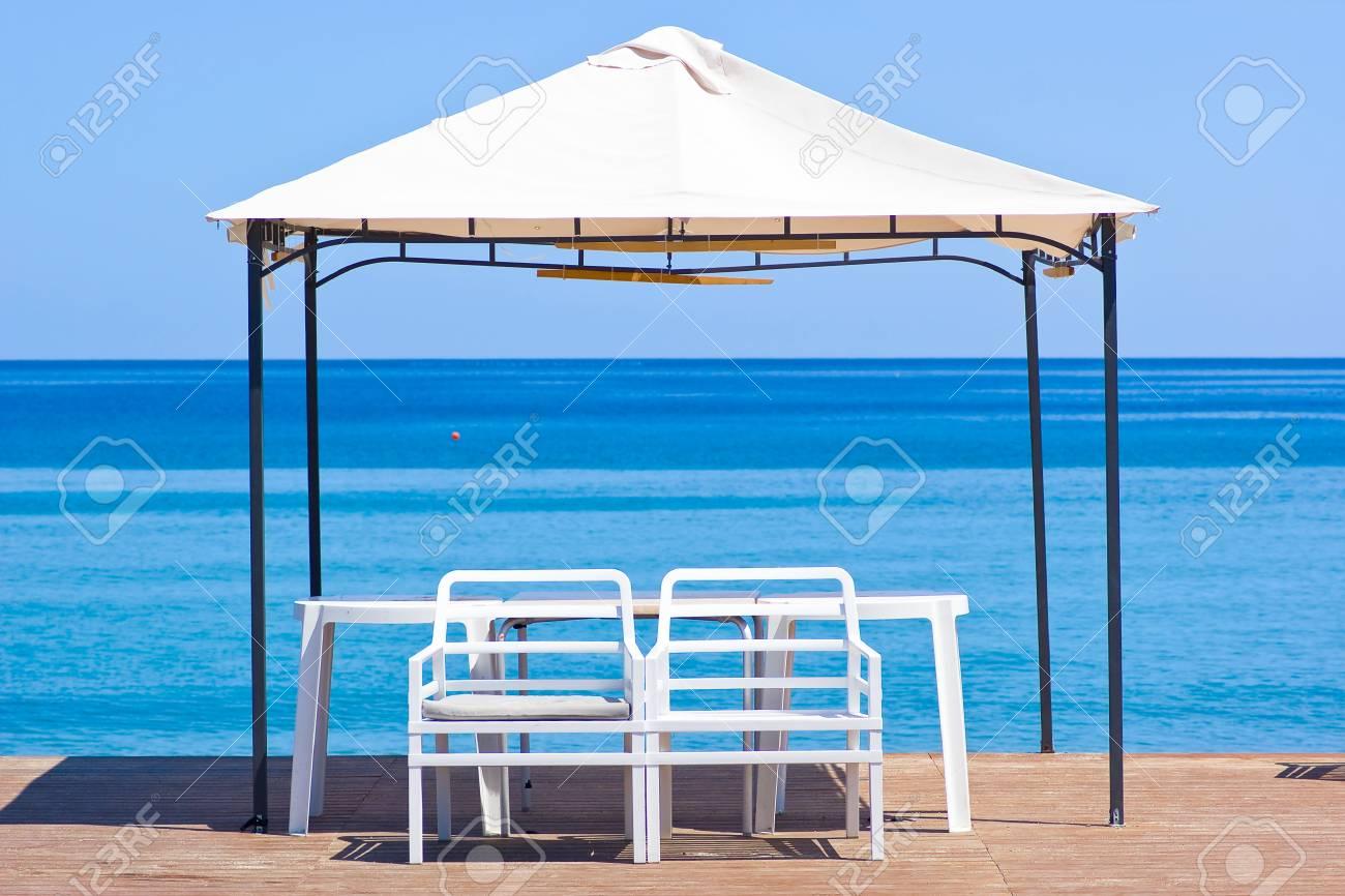 plataforma de madera en la playa con dos sillas y una sombrilla grande foto de archivo with sombrillas de playa grandes - Sombrillas De Playa Grandes