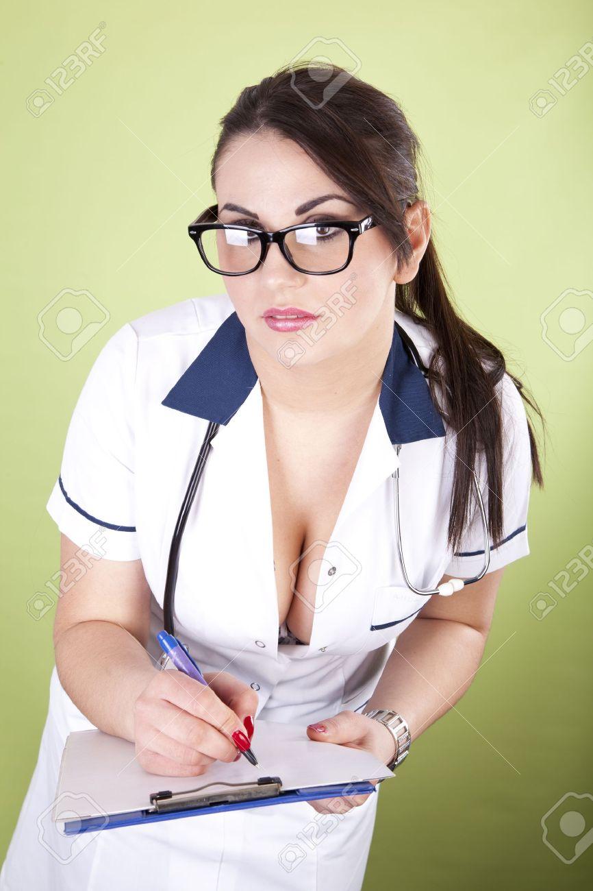 3f82586c81de6 Banque d images - Belle jeune et sexy femme médecin avec la liste des  patients.