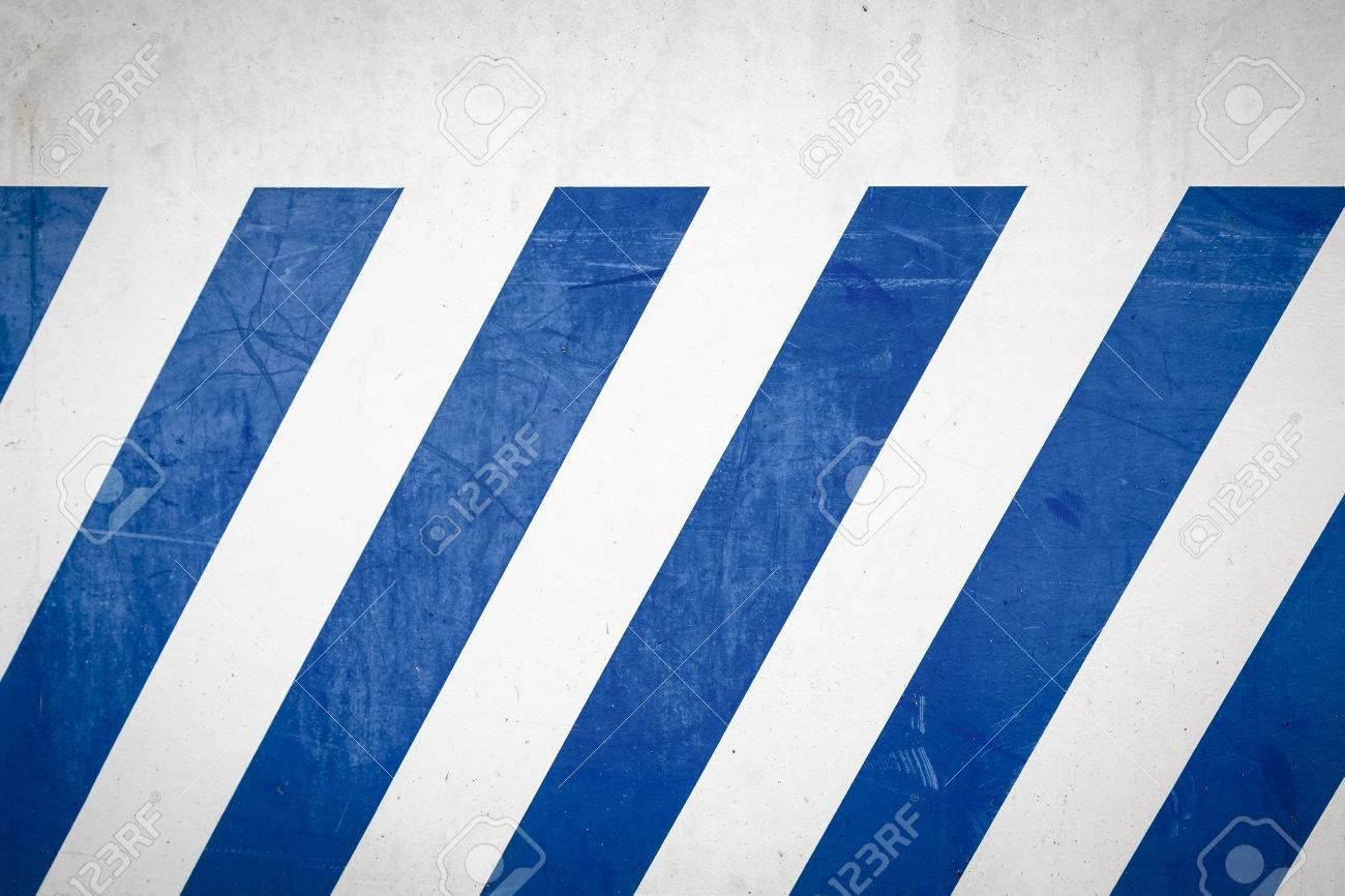 Blaue Diagonale Streifen Auf Einer Weißen Wand. Lizenzfreie Fotos ...