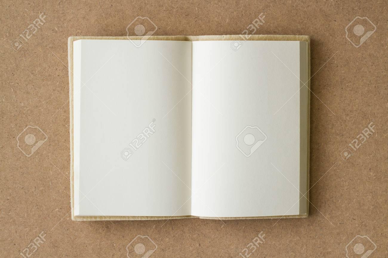 Livre Blanc Ouvert Sur Une Surface Texturee Marron