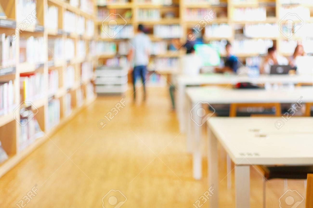 現代図書室人と本棚の背景をぼか...