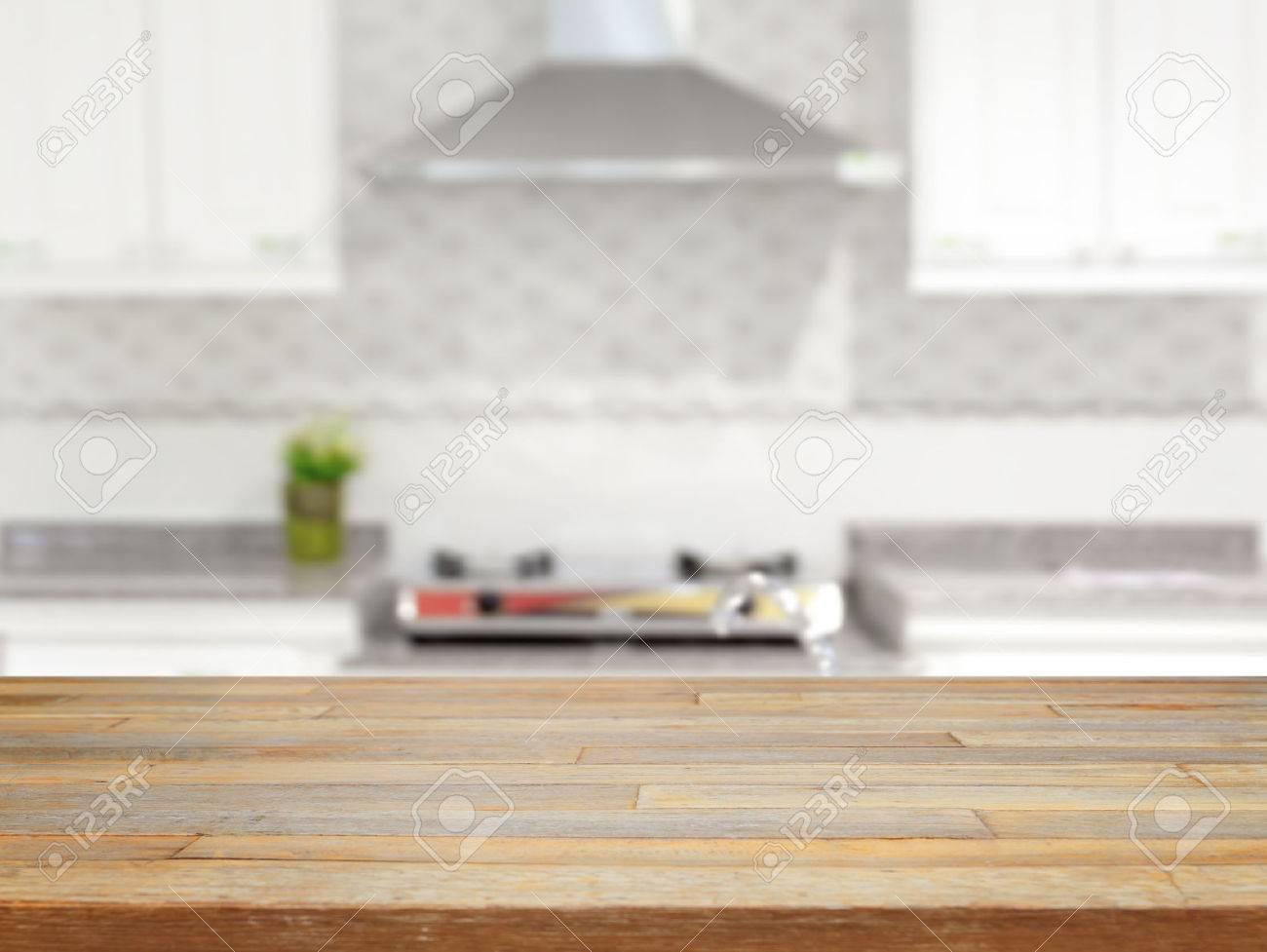 Mesa De Madera Vacía Y Cocina De Exposición De Productos Fondo ...