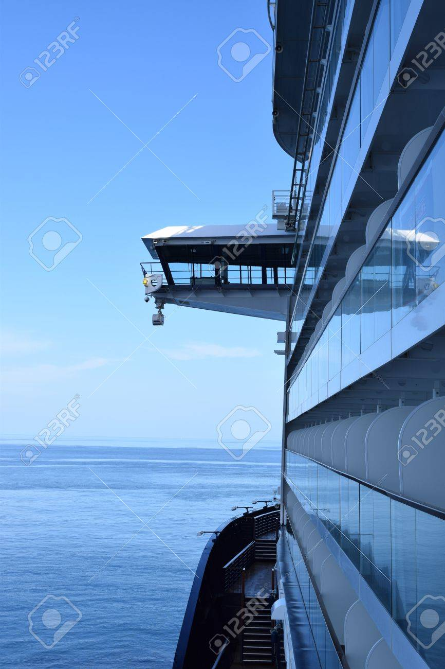 View to the navigation bridge of the sea in the background - 79098096