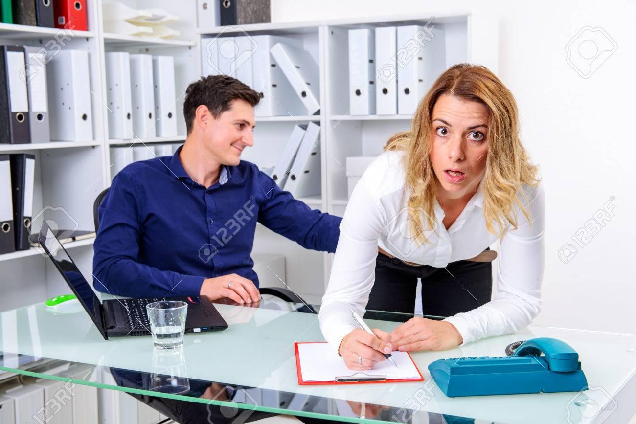 お尻でオフィス ビジネス男性タッチ女性同僚のセクハラ ロイヤリティー