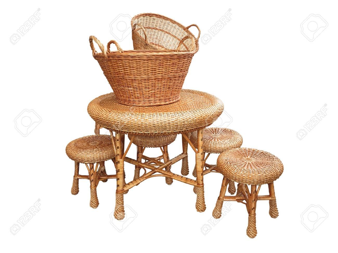 Wicker Möbel Tisch Stuhl Und Körbe Isoliert Auf Weißem