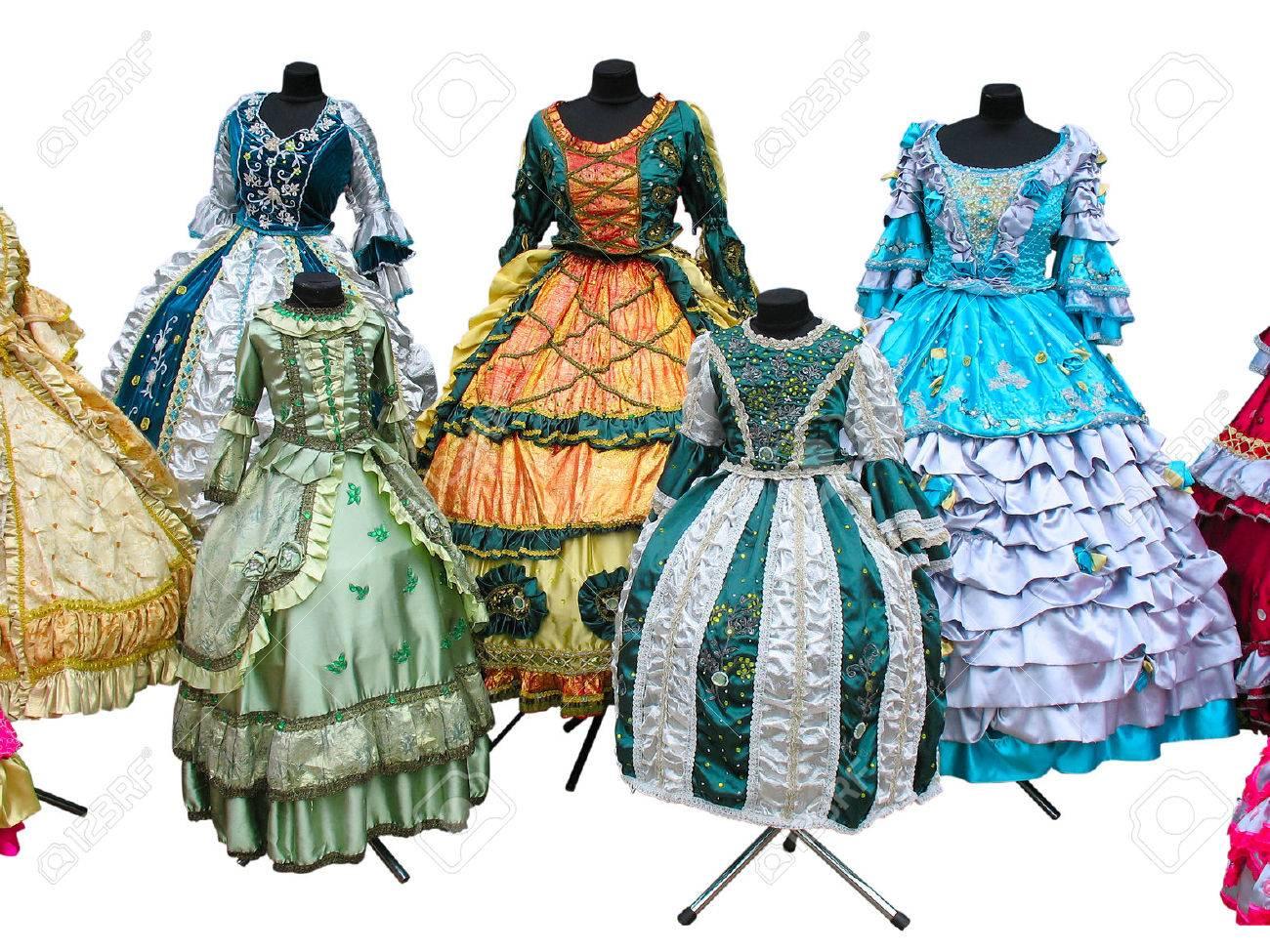disponible mejor sitio web nueva alta calidad Mujer llena de color estilizada ropa de época medieval en maniquíes aislados