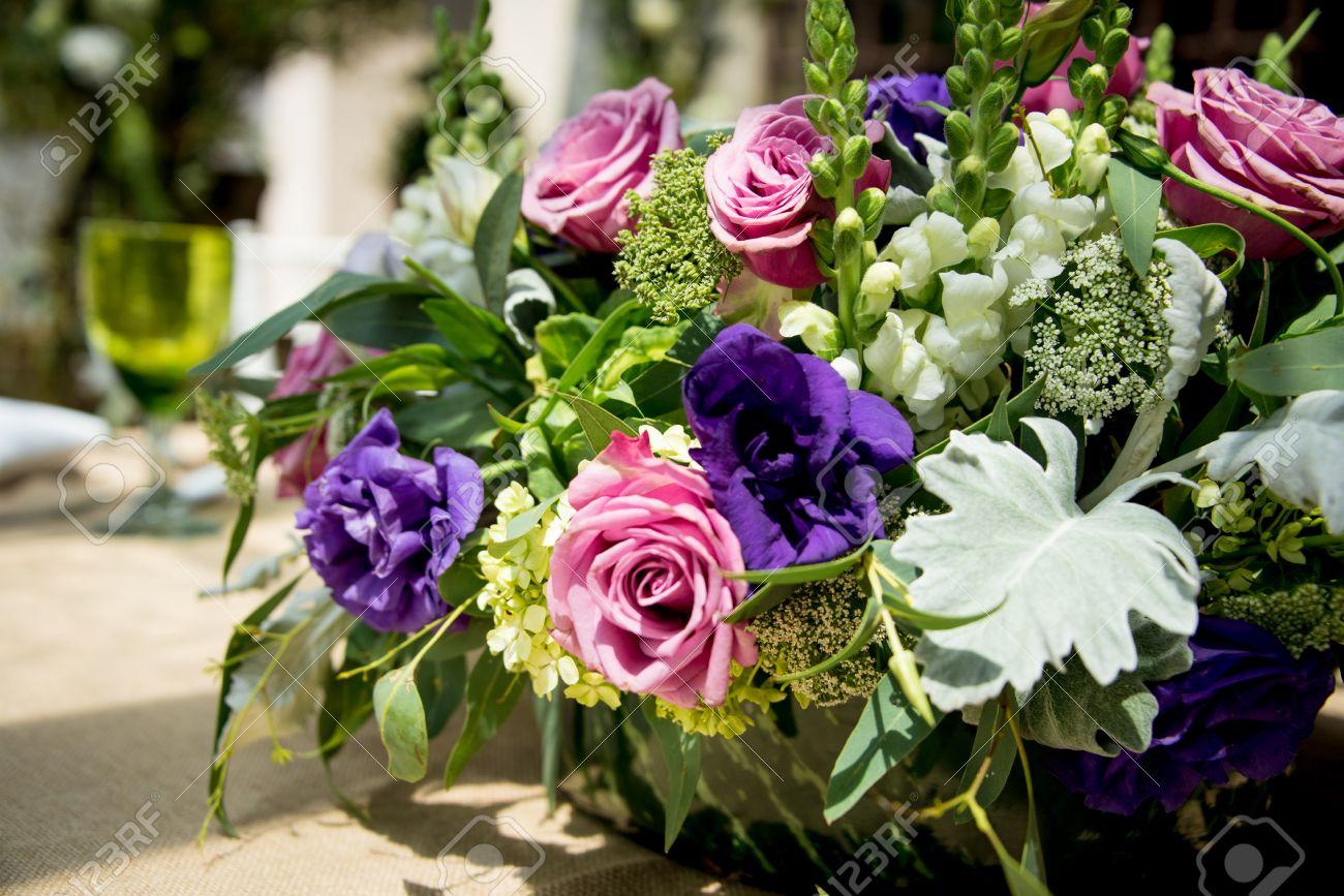 Banque Du0027images   Pièce Maîtresse De Table Florale Lors Du0027une Réception De  Mariage Avec Un Arrangement De Roses Roses Et Violettes Parmi Des Fleurs Et  Des ...