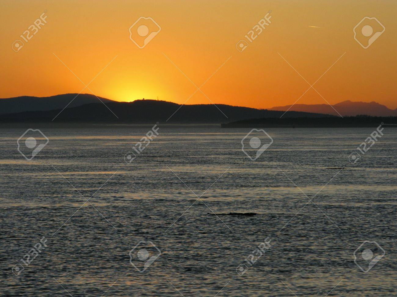 Sunset over the pacific with mountain range in background Stock Photo - 9513697