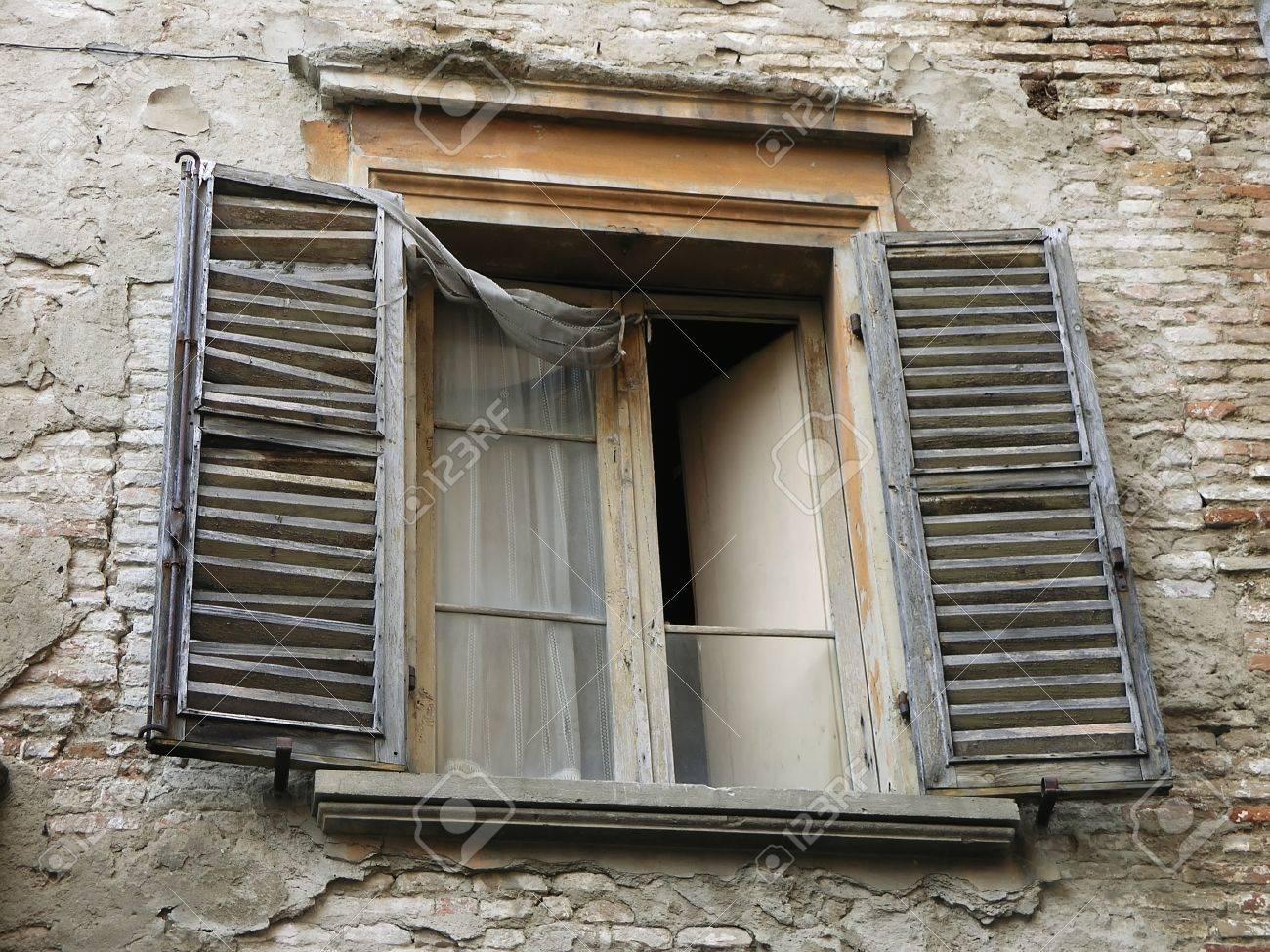 Alte Fenster, In Einem Alten Gebäude. Italien Lizenzfreie Fotos ...