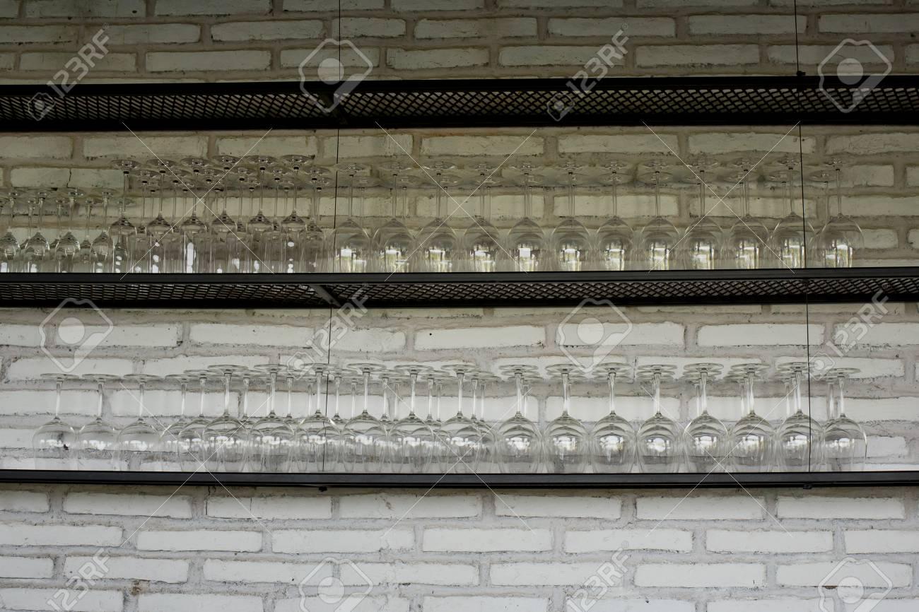 Leere Gläser Für Wein über Einer Bar Rack Lizenzfreie Fotos, Bilder ...