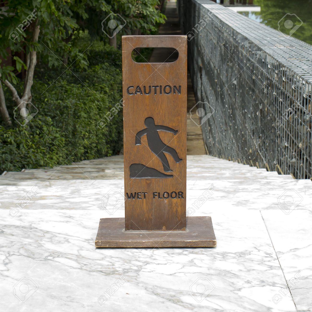 archivio fotografico attenzione pavimento bagnato bordo cartello di legno