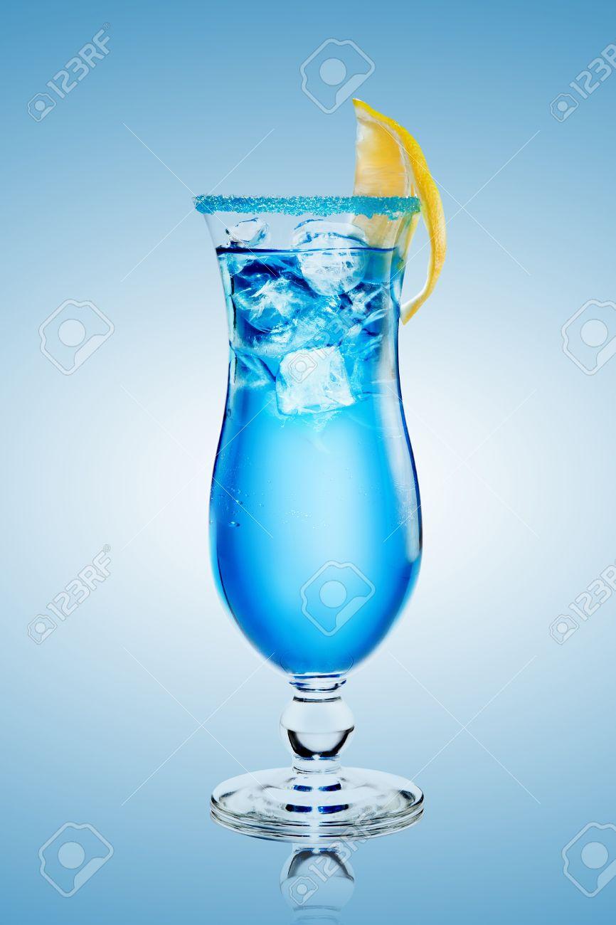 Blue lagoon cocktail  Alkoholfreier Cocktail Blue Lagoon Mit Eis Auf Blauem Hintergrund ...