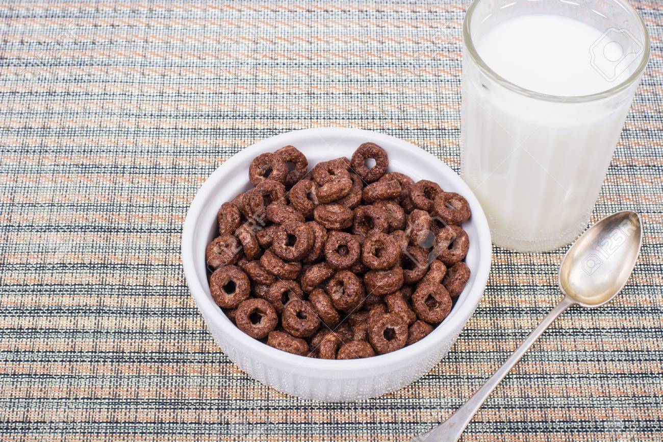 朝食のミルクとチョコレートのジ...