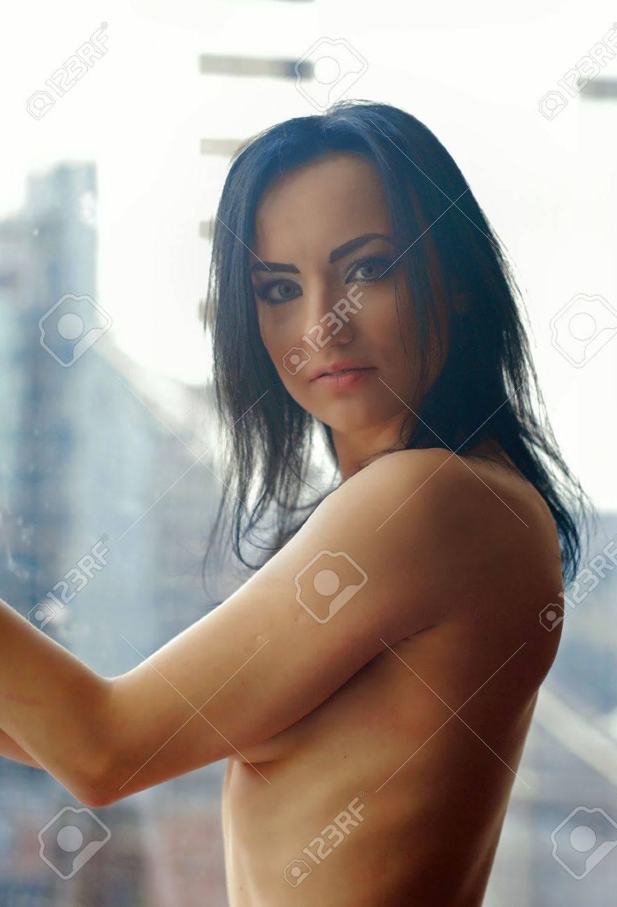 Femme Nue Au Travail femme d'affaires nue regardant dans la fenêtre dans le bureau après
