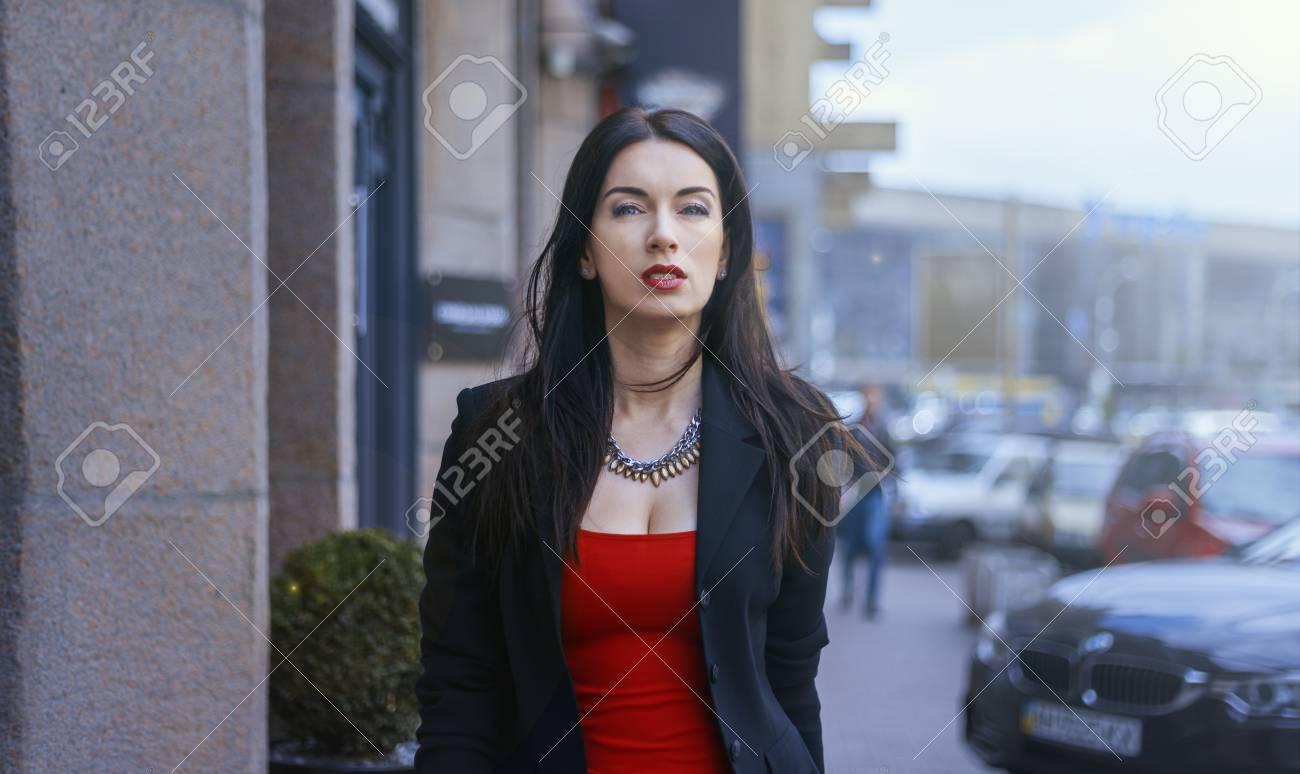 D'affaires Veste Femme Marchant La Habillé En Sexuelle Ville Dans vZdT4Zqw