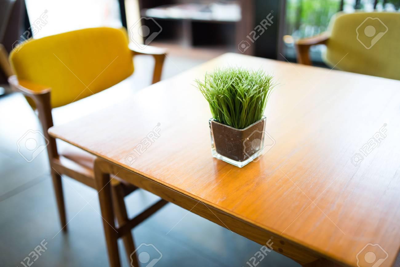 Innenansicht Des Café, Modernen Stil Tisch Und Stuhl Mit Anlage Auf ...