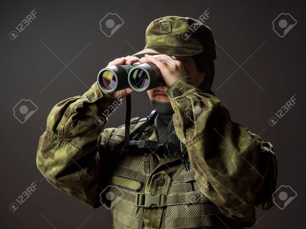 Portrait unbewaffneter frau mit tarnung. junge weibliche soldat mit